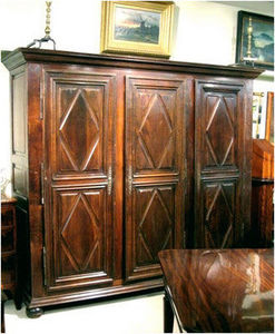 ERNEST JOHNSON ANTIQUES - armoire normande à 3 battants à diamants - Armoire Normande