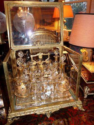 Art & Antiques - Cave à liqueur-Art & Antiques-Cave à liqueur en bronze avec verrerie émaillée et
