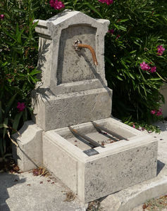 LES MEMOIRES D ADRIEN Alain Edouard Bidal - fontaine ancienne en pierre - Wasserbrunnen