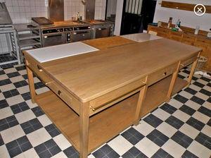 Maison Strosser - table de travail - Kochinsel