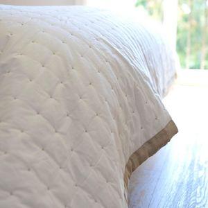 MAISON D'ETE - dessus de lit blanc marion plumetis et bordure nat - Copriletto